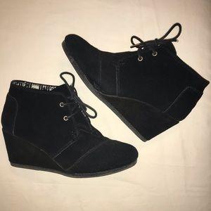 Toms Black Wedge Tie Shoes in great shape Sz.8